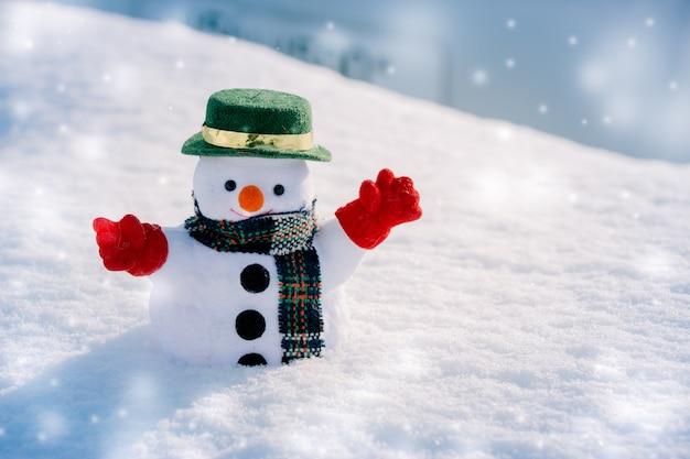 Carrinho de homem de neve entre a pilha de neve. floco de neve está caindo. feliz natal e feliz n