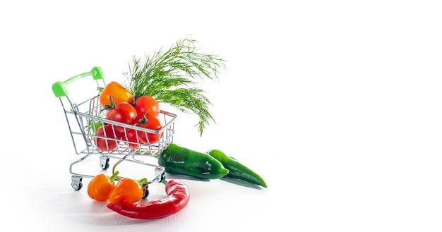 Carrinho de loja de brinquedos com vegetais frescos