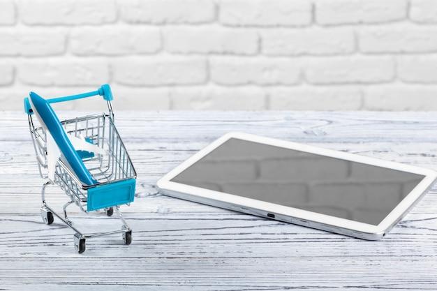 Carrinho de mini mercado com tablet