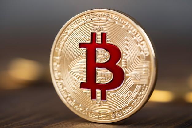 Carrinho de moedas de ouro bitcoin na mesa de madeira.