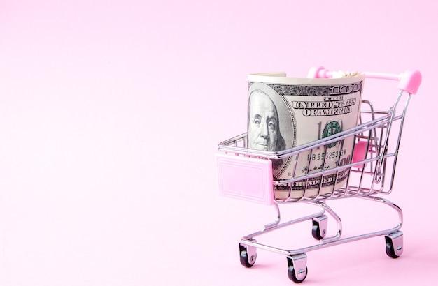 Carrinho de supermercado cheio de notas de dólares americanos