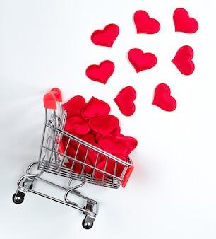 Carrinho de supermercado com corações vermelhos