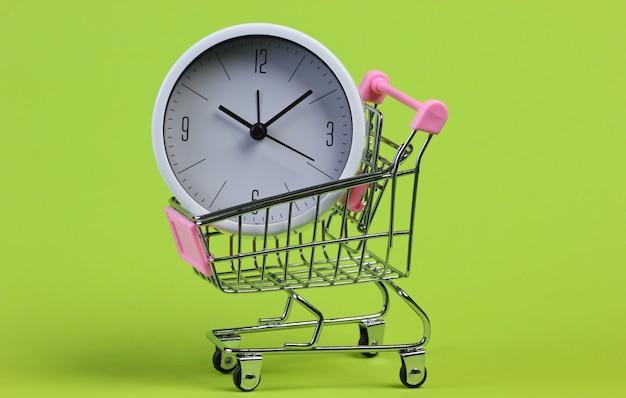 Carrinho de supermercado com relógio verde