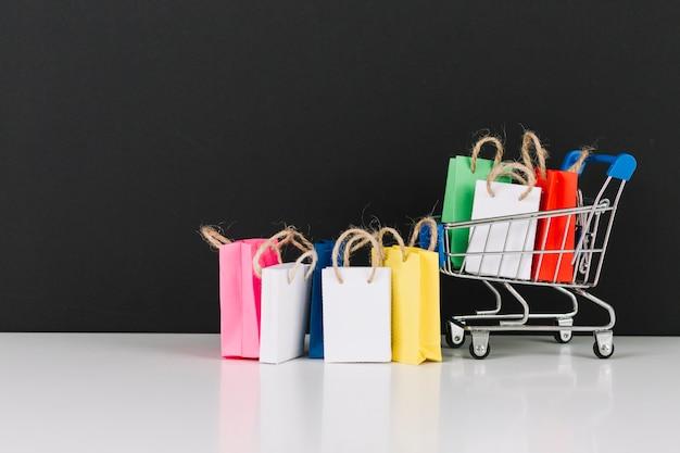 Carrinho de supermercado de brinquedo com pacotes