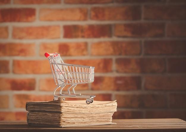 Carrinho de supermercado e livros antigos