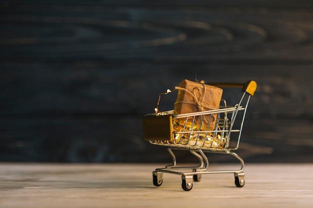 Carrinho de supermercado metálico pequeno com caixa de presente