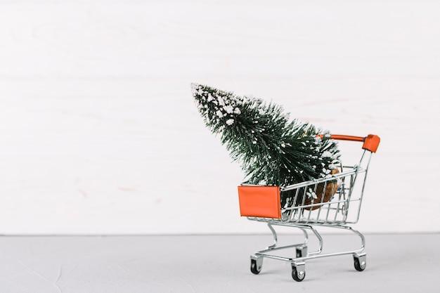 Carrinho de supermercado pequeno com árvore de abeto