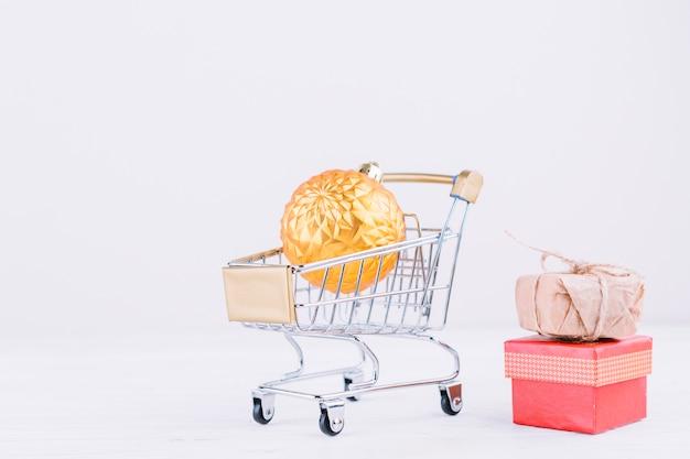 Carrinho de supermercado pequeno com bugiganga