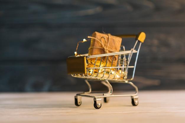 Carrinho de supermercado pequeno com caixa de presente