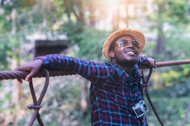 Carrinho de viajante homem africano na ponte