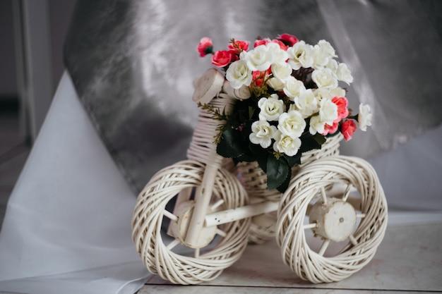 Carrinho de vime para flores em forma de uma bicicleta, decoração, sala aconchegante, design de interiores