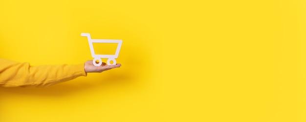Carrinho disponível sobre fundo amarelo, imagem panorâmica