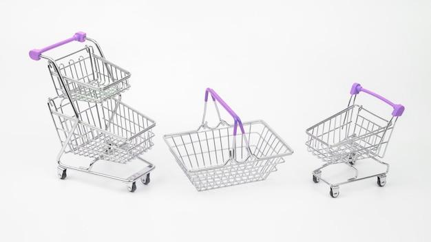 Carrinho e cesta para compras de mantimentos de mercado