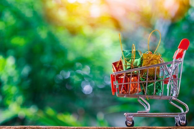 Carrinho para supermercado ou carrinho de compras e caixas de presente