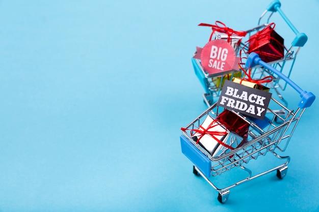 Carrinhos de compras com presentes e etiquetas