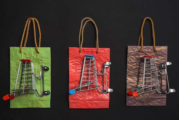 Carrinhos de compras em pacotes coloridos