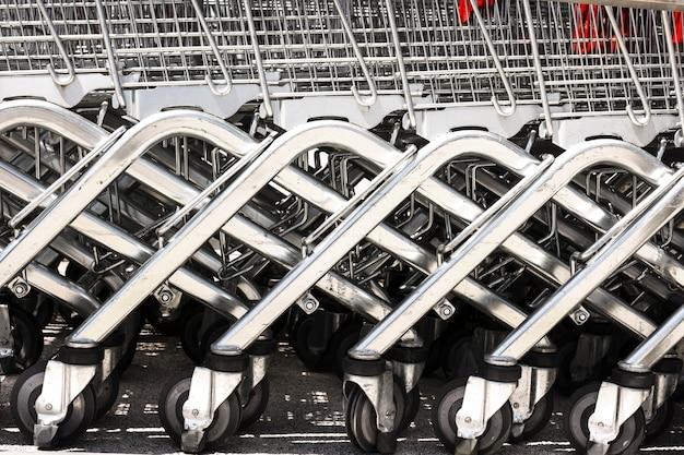 Carrinhos de compras fora do supermercado