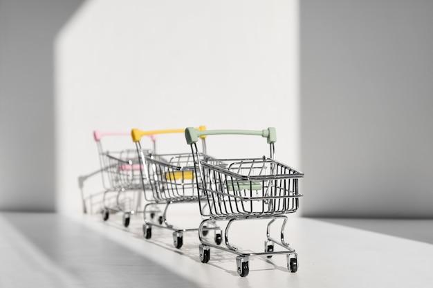 Carrinhos de compras isolados em um fundo branco