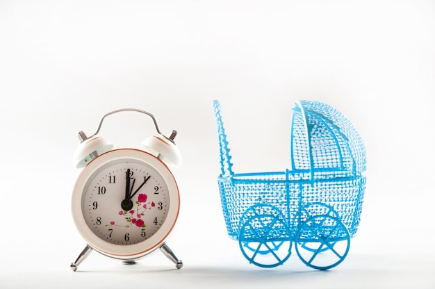 Carrinhos de criança e relógios isolados em um fundo branco.