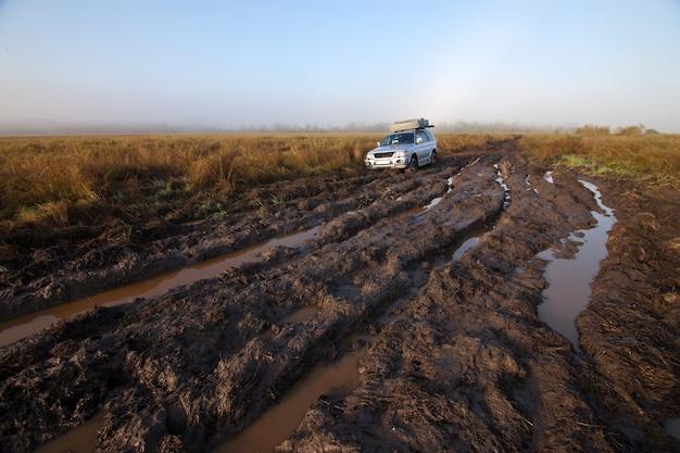 Carro 4x4 preso na lama