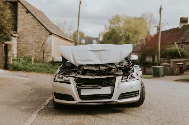 Carro acidentado estacionado na rua após um acidente de carro