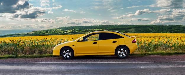Carro amarelo na estrada