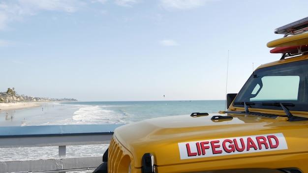 Carro amarelo salva-vidas, cais da praia de san clemente, califórnia eua. litoral salva-vidas de resgate pick up caminhão, veículo salva-vidas. auto e costa oceânica. vibrações de los angeles, atmosfera estética de verão.