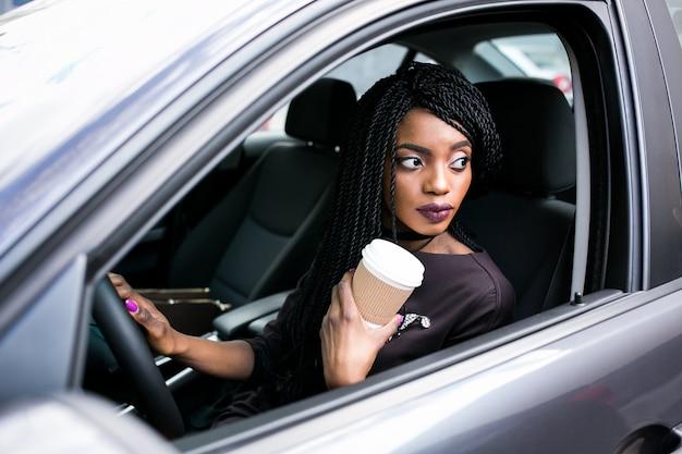 Carro americano menina africano condução