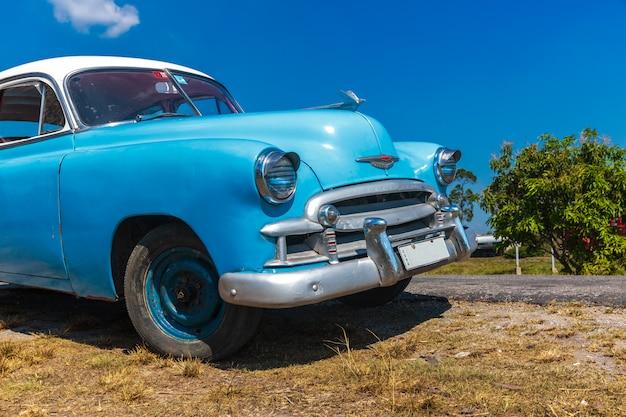 Carro antigo dirigindo em cuba