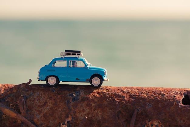 Carro antigo estacionado perto do mar. conceito de viagens e aventura.
