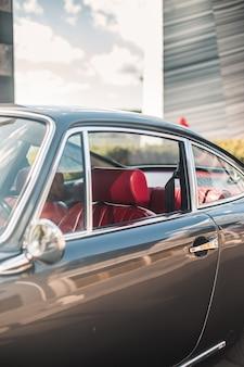 Carro antigo no salão do automóvel, interior vermelho e assentos