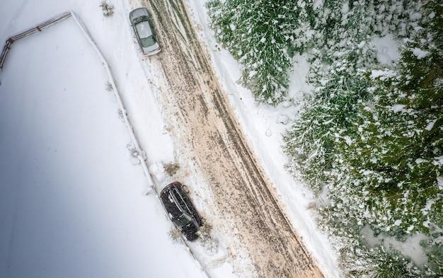 Carro ao lado de uma estrada de montanha. o carro derrapou no asfalto aberto com neve.