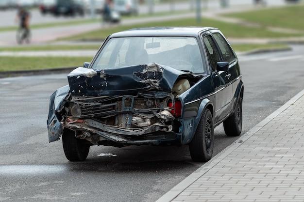 Carro após o acidente, close-up. capô quebrado, consequências da desatenção nas estradas.