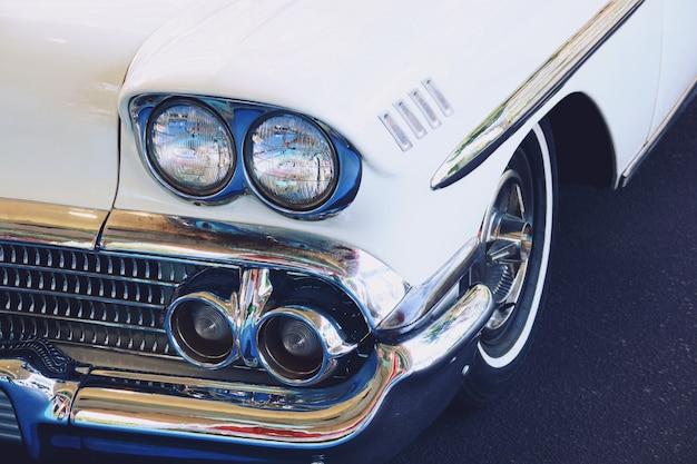 Carro branco retrô velho brilhante close-up
