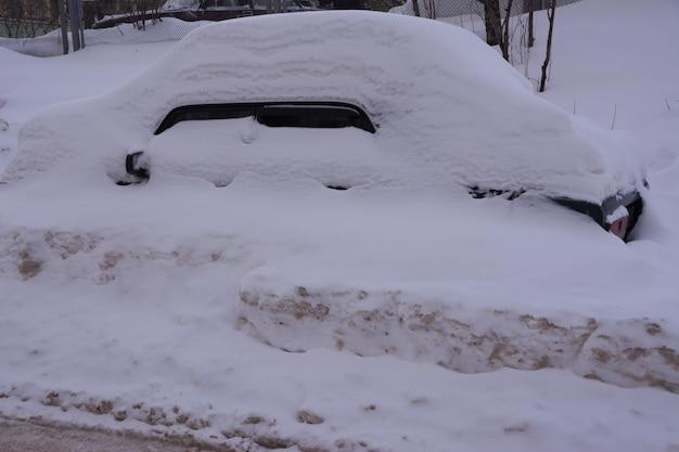 Carro coberto de neve branca fresca, carros cobertos de neve após uma nevasca