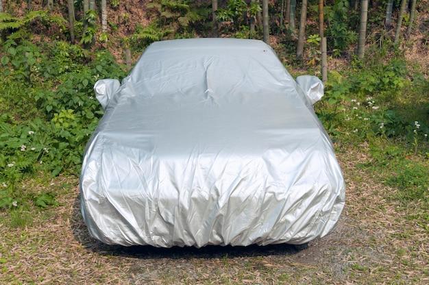 Carro coberto de proteção no prado natural