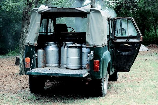 Carro com latas de metal na floresta, filtro,
