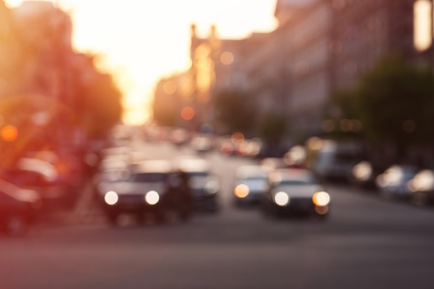 Carro com luzes à noite na estrada da cidade