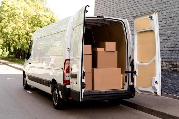 Carro com pacotes de entrega