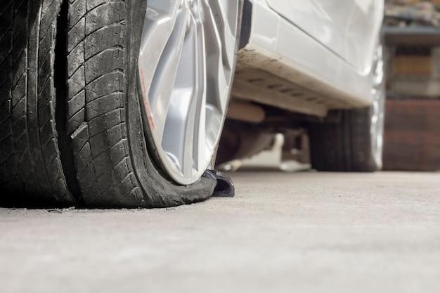 Carro com pneu estourado