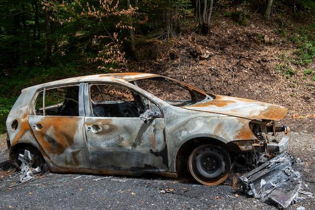 Carro completamente queimado e carbonizado