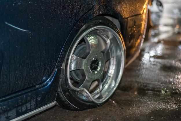 Carro danificado acidente de acidente de carro na estrada