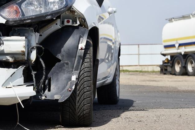 Carro danificado após um acidente. veículo com pára-choques traseiro removido