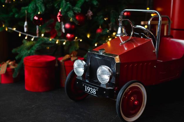 Carro de bebê ao lado da árvore de natal