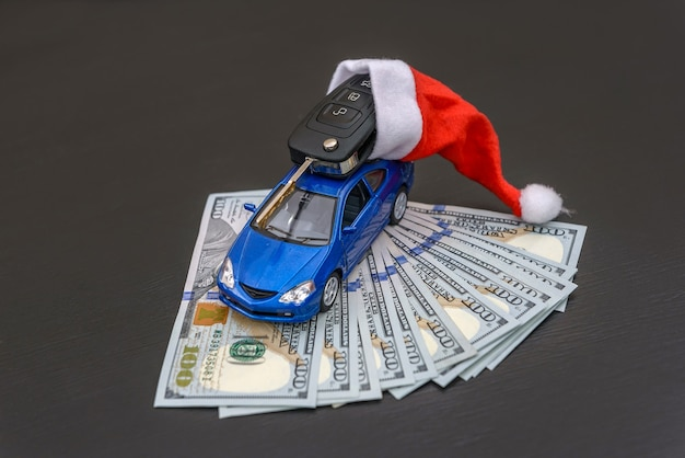 Carro de brinquedo azul com chave real e chapéu de papai noel
