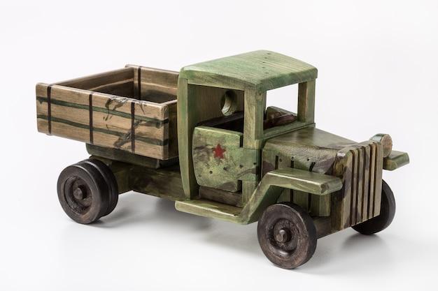 Carro de brinquedo caminhão verde vintage feito de madeira.