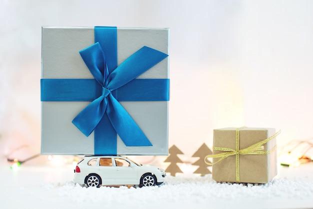 Carro de brinquedo carrega o presente do telhado para o natal