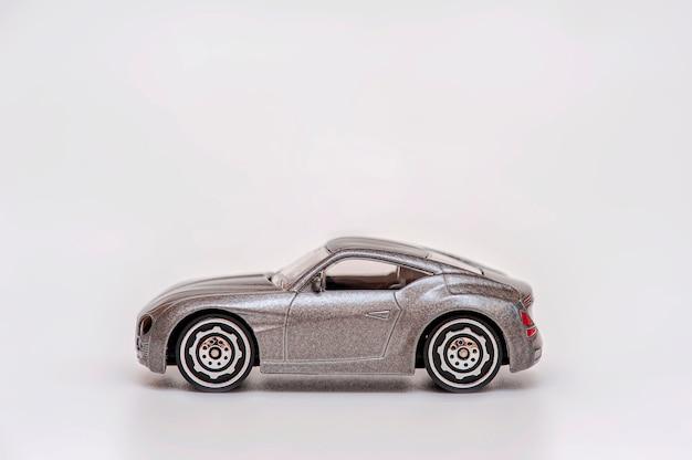 Carro de brinquedo cinza em fundo cinza