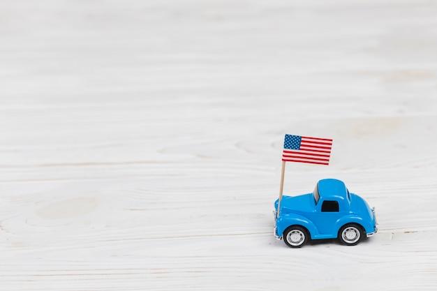 Carro de brinquedo com bandeira americana
