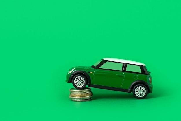 Carro de brinquedo com moedas. gastos e empréstimos para manutenção de transporte. gasolina, aluguel de carros e preços de reparo.